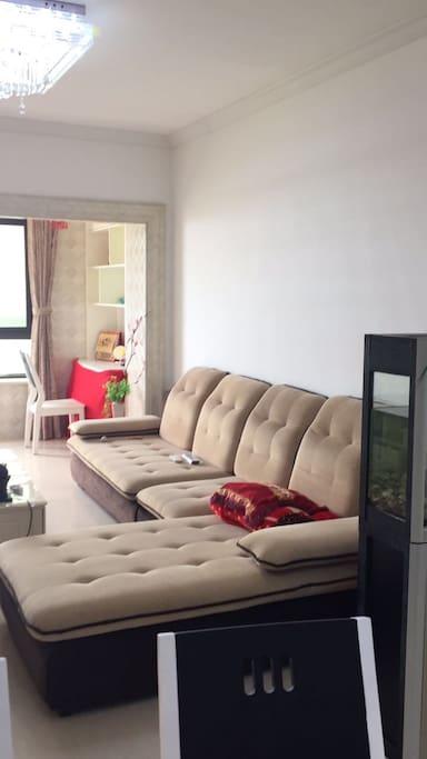 客厅沙发连着阳台书房