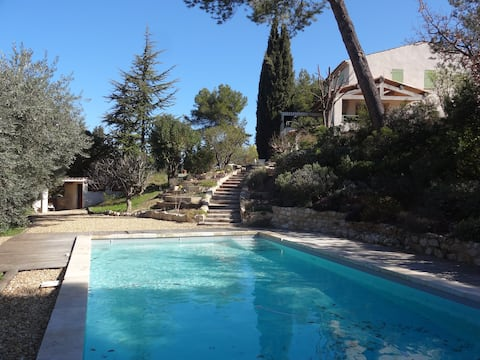 Provence, face Luberon. Charming, terrace, swimming pool.