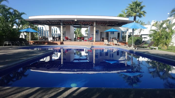 Gated community house w/pool, close to the beach!!