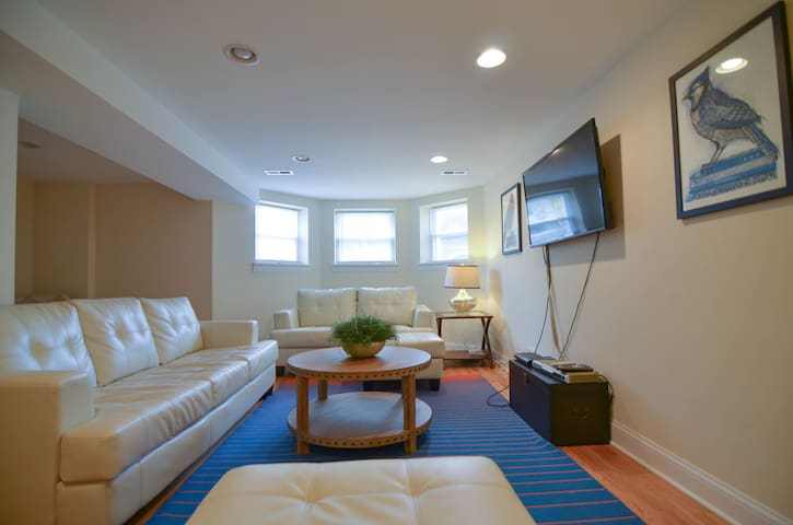 2000+ SF Duplex, 4 Bed, Sleeps 10!