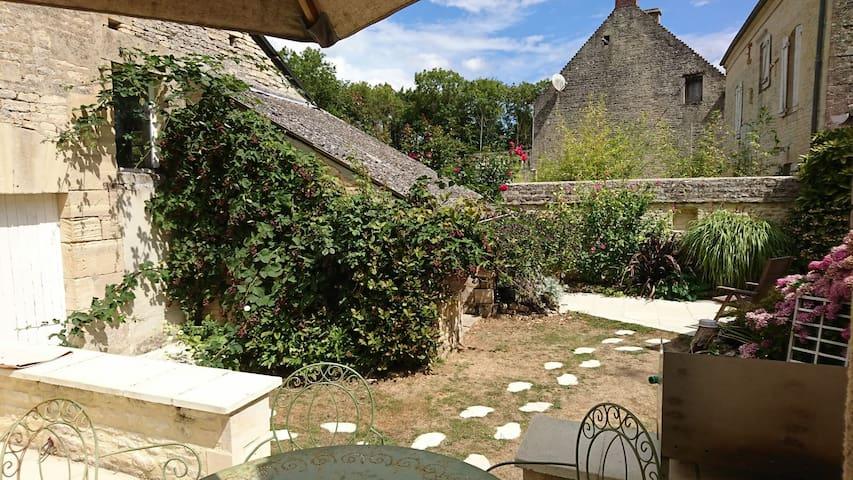 """""""les sources"""" : chambre dans maison en pierre"""