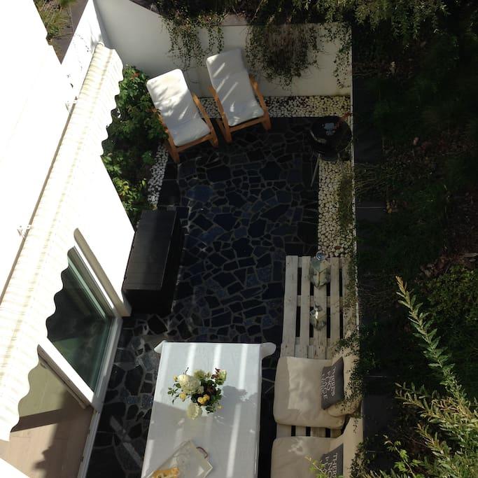 Taras z meblami ogrodowymi i grillem