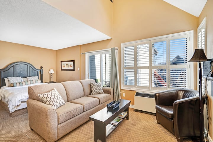 Walk to the chair lift! Lofty condo w/ shared pool & tennis - dogs OK!