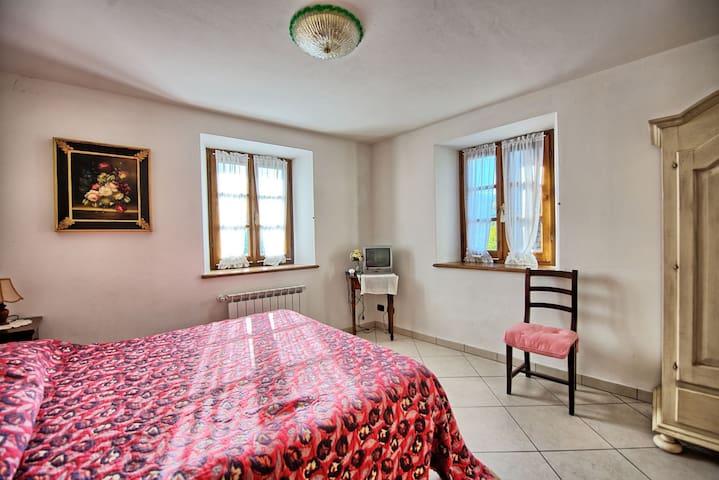 Camera con letto matrimoniale primo piano