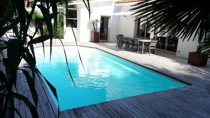 Villa 250M²,dépendance 40M²,piscine,cheminée.