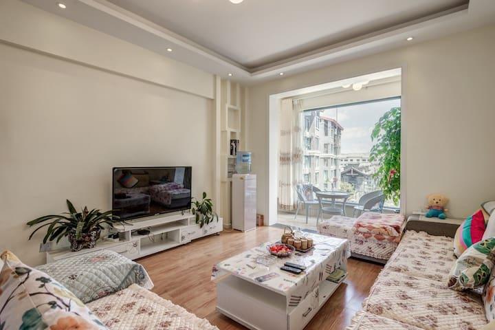 丽江古城旁500米三室两厅一厨一卫家庭房,可住六人