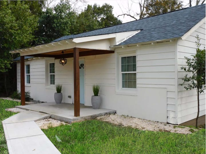 A Travelers' Retreat- 2 bedrooms 2 Mins. from I-75