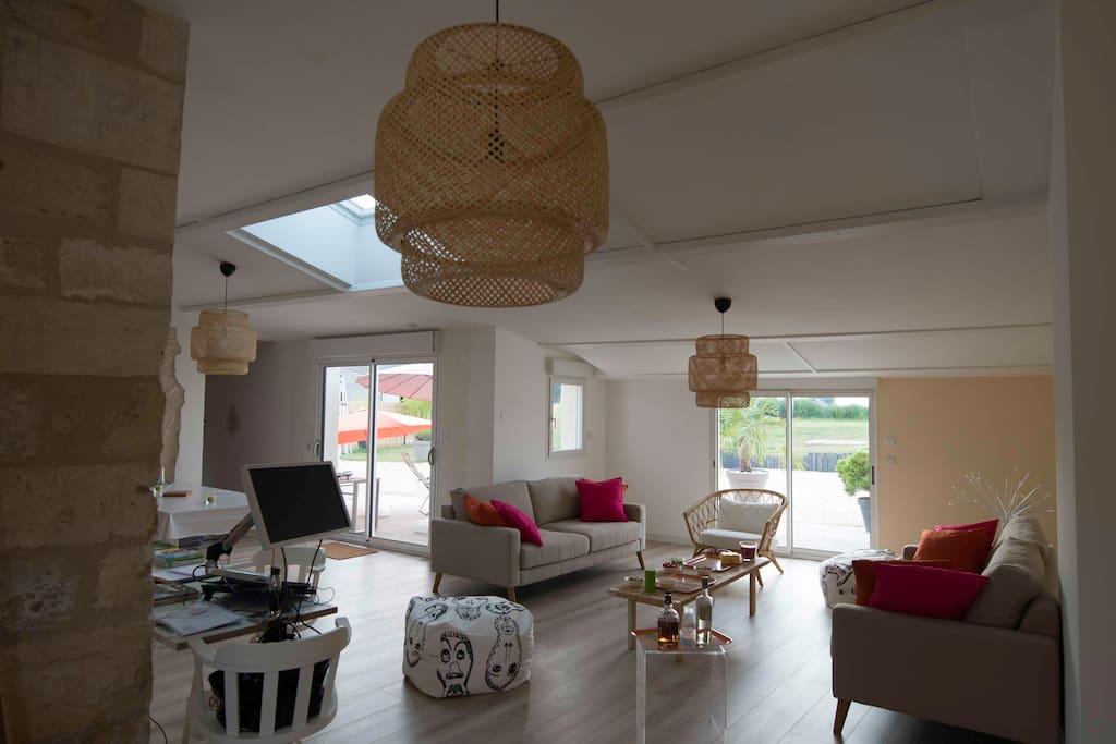 Pièce à vivre 3 grandes baies vitrées qui donnent sur les terrasses