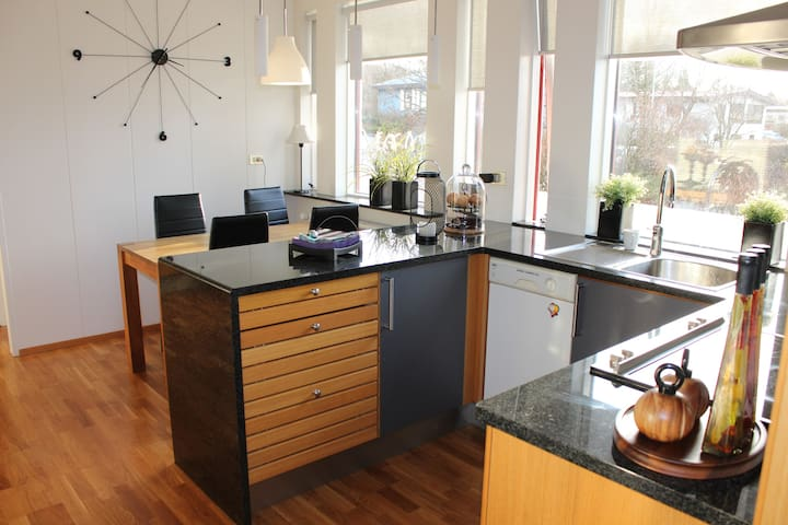 Great location! 4Bed. house in Reykjavik + HOT TUB