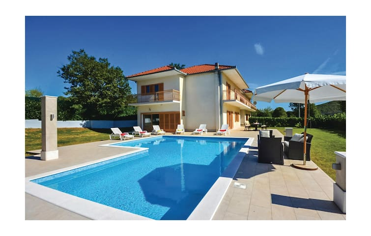 Semi-Detached with 5 bedrooms on 220 m²