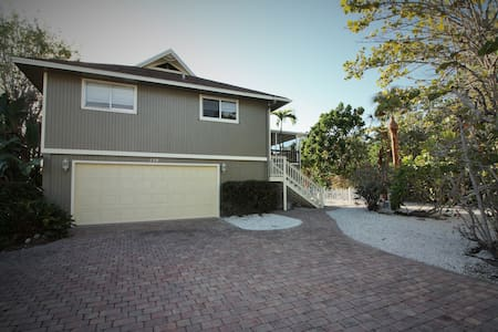 HUGE 5 BEDROOM BEACH HOUSE ON CANAL - Fort Myers Beach - 단독주택