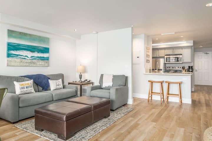 Grandview River View 627! Luxury Waterfront condo, sleeps up to 6!