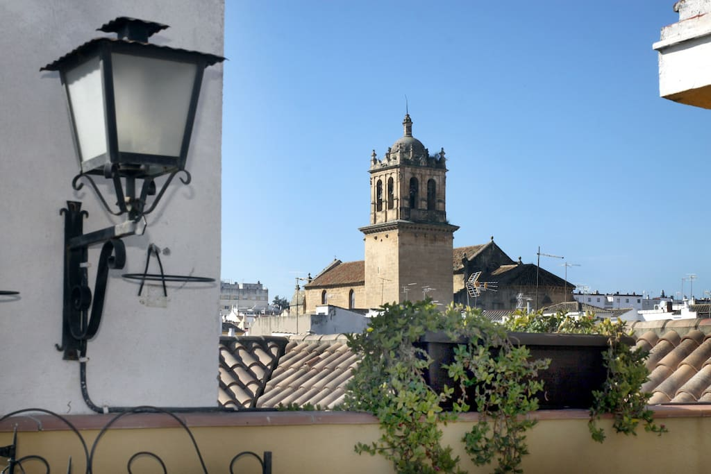 Vista de la Torre-Campanario de la Iglesia de Santa Marina. Puedes disfrutar de nuestra azotea cuando quieras. Para relajarte y descansar.