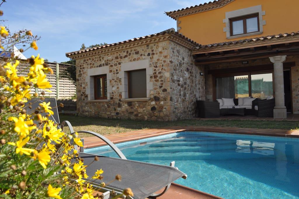 Casa con piscina y jacuzzi a 10 min de la playa case in for Apartamentos con piscina y playa