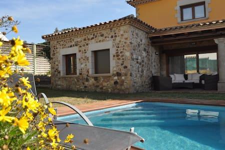 Casa con piscina y jacuzzi, a 10 min de la playa - Santa Cristina d'Aro - House