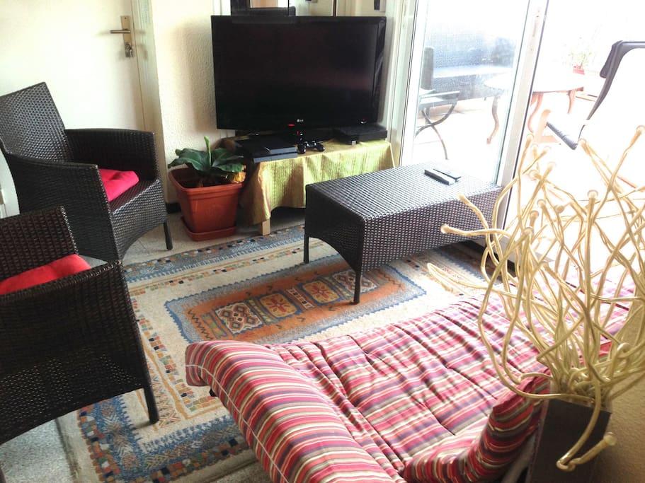 Petit salon entièrement équipé donnant sur la terrasse