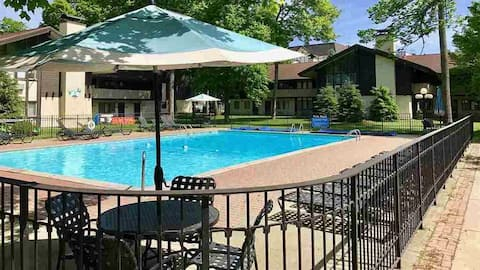 Summer Pool Side and Winter Slope Side Condo-6 ppl