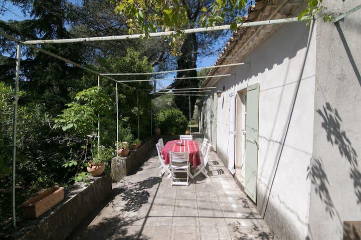 Mazet calme & ensoleillé proche centre ville Nîmes