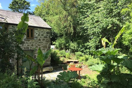 Secluded woodland cottage, close to SW Coast Path