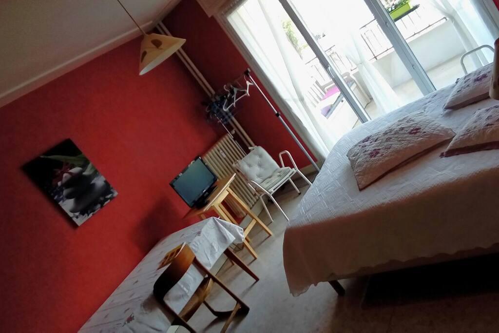 joli f1 meubl avec terrasse id al pour curistes appartements louer vichy auvergne rh ne. Black Bedroom Furniture Sets. Home Design Ideas