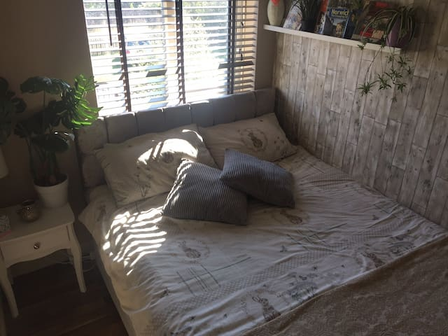 Cozy double room with large bed 15 mins from city.