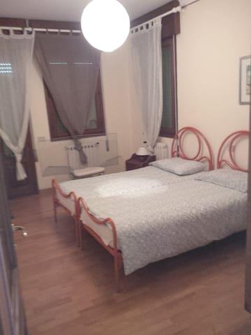 2 camera con due letti singoli.