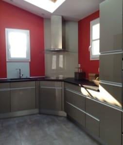 Charentaise rénovée de 200 m2 à la campagne - Montils - House - 1