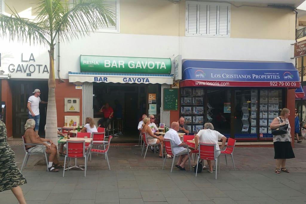 de gezellige bar Gavota net naast de ingang