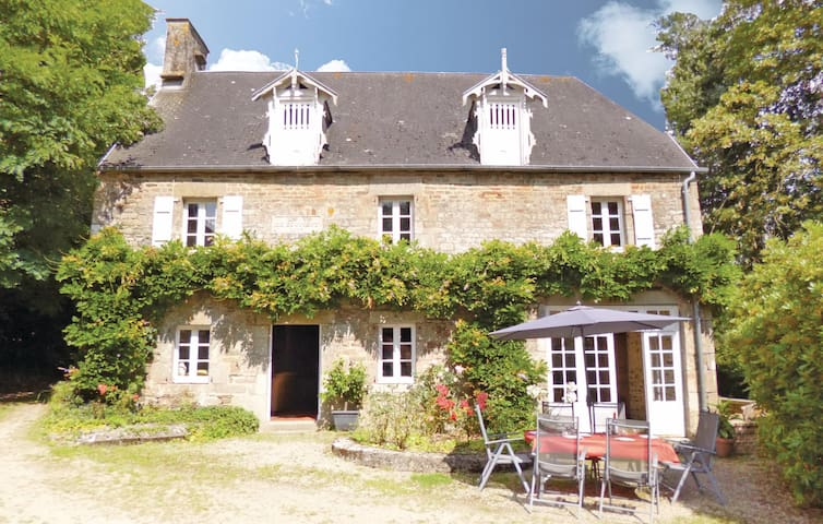 Holiday cottage with 4 bedrooms on 100 m² in Landelles et Coupigny