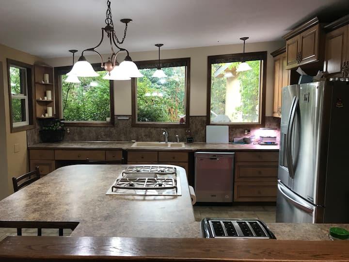 Quiet room, large desk, private entrance, Bellevue