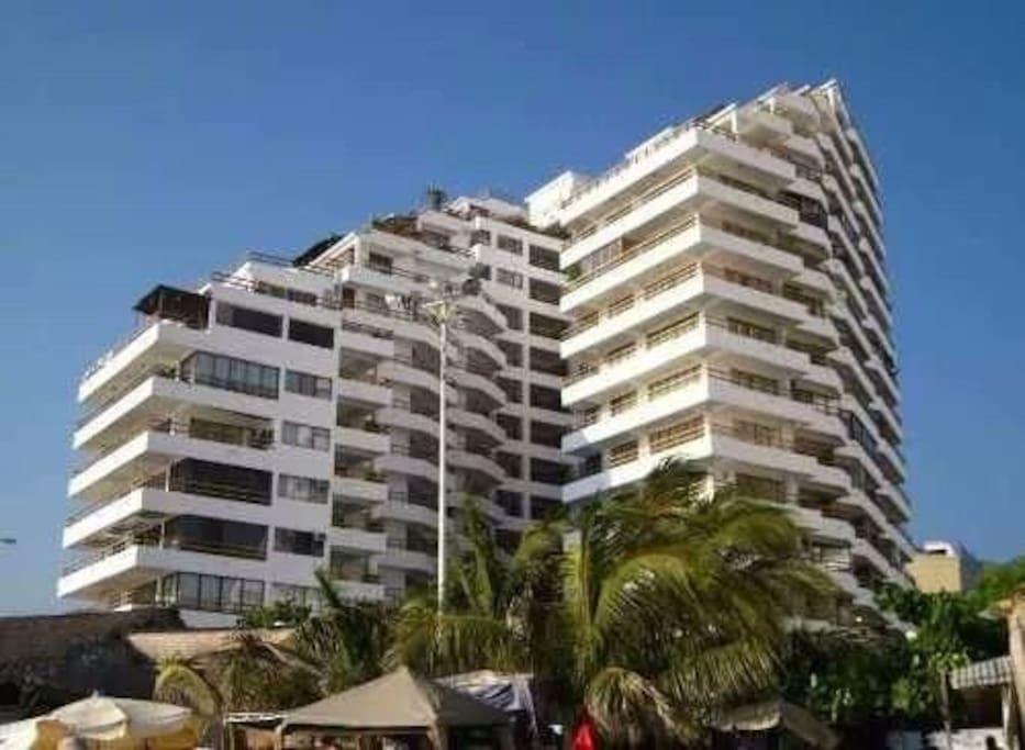 El edificio desde la playa