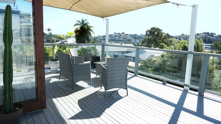 Bulimba 2 Bed, huge deck views of river & gateway