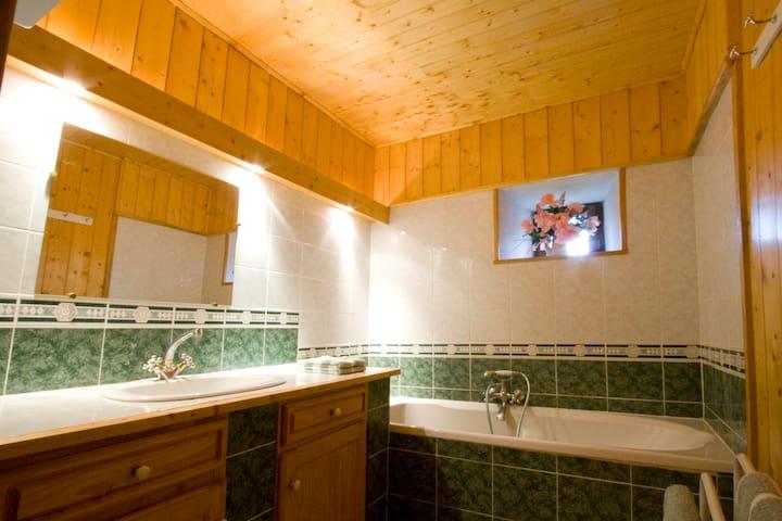 Gîte Champ Foy, dans un village de caractère - Bains - Casa