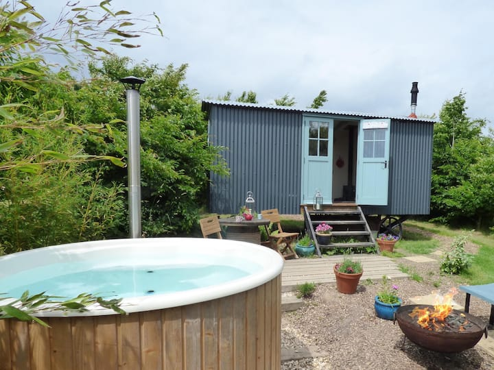 The Artisan shepherd's hut with hot tub & ensuite