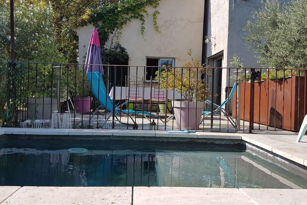 Terrasse vue sur la  piscine