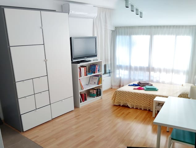 the studio w. double bed, large wardrobe, 32' TV, air con