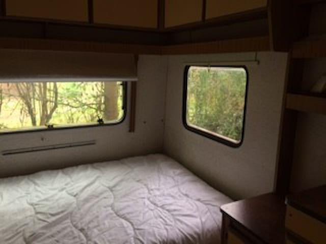 caravan met vast bed voor 2 personen
