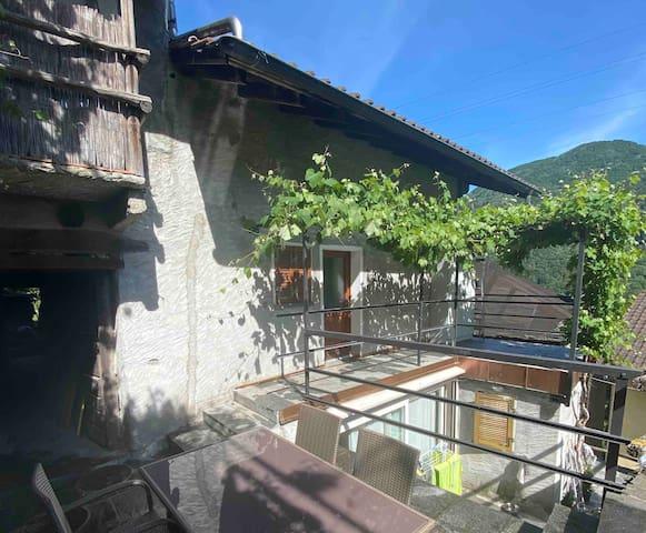 Casa immersa nel verde nel nucleo di Calezzo