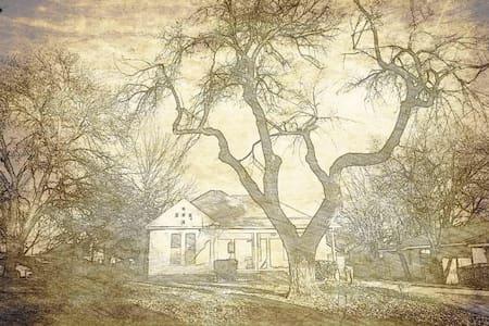 Vintage Cowboy Cottage (Downtown) - House