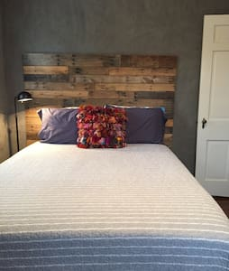 Private Guestroom in Historic Downtown - Lexington