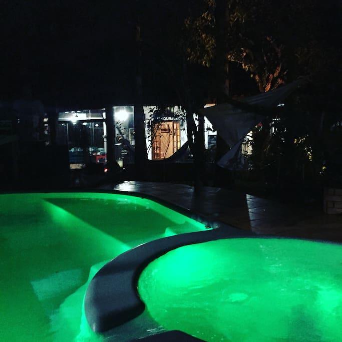 Vista a noite da jacuzzi e piscina!