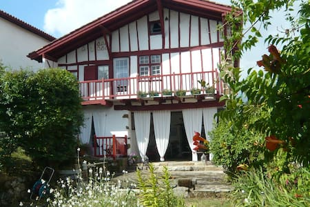 maison Marchand Navarraise du XVIè - La Bastide-Clairence - ที่พักพร้อมอาหารเช้า