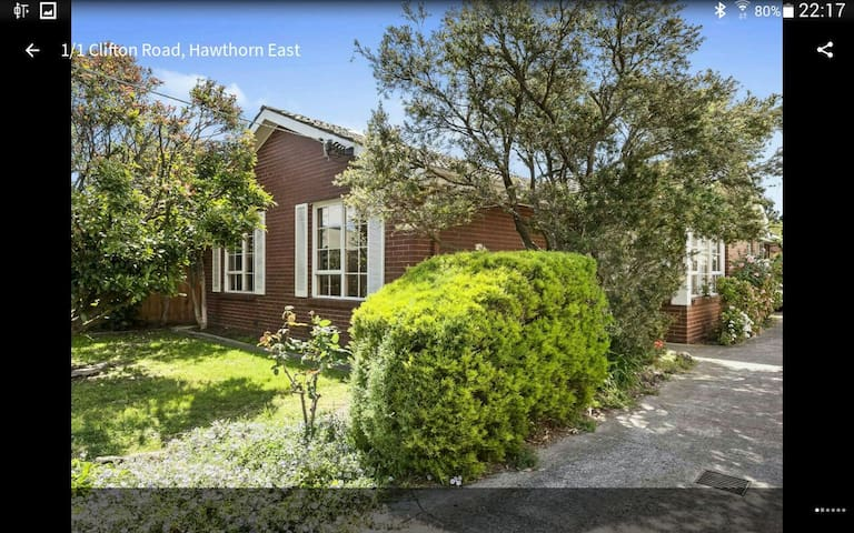Excellent location in Hawthorn East - hawthorn east - 一軒家