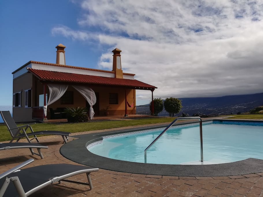 Vista de la vivienda desde la zona común de piscina.