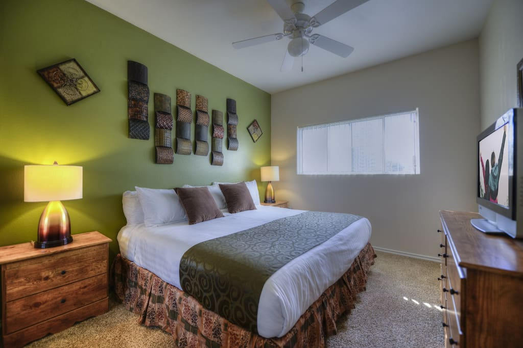 Guest bedroom. Customize with 1 king bed or 2 twin beds!