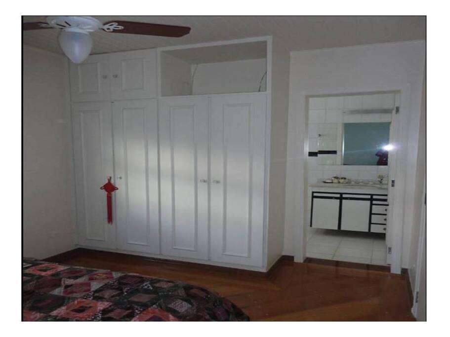 Armário e banheiro da suite