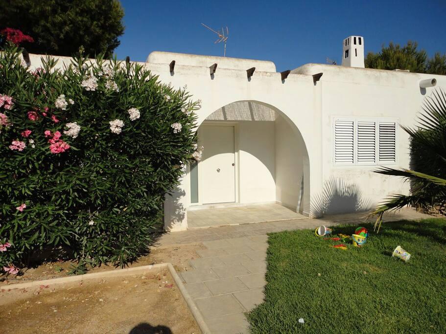 Jardín y entrada principal