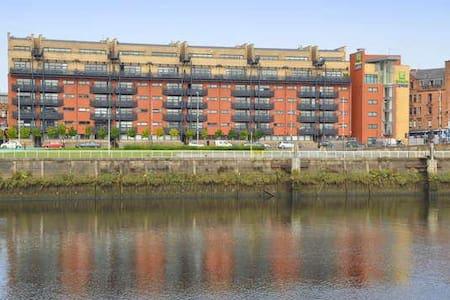 City Riverside Apartment + Free Parking + Balcony