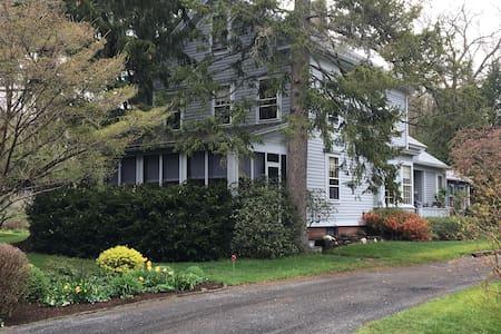 Salem Street Homestead - Amherst - Talo