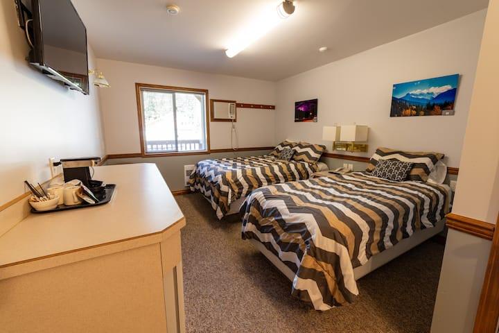 Suite w/2 beds, sleeps 3 - shared common area